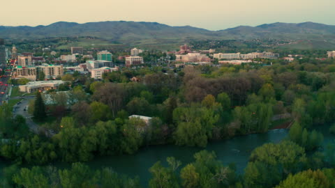 downtown boise city skyline capital building late afternoon mountain background - centro della città video stock e b–roll