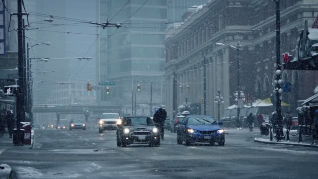 innenstadt von stadtgebiet im verschneiten winter-wetter - vancouver kanada stock-videos und b-roll-filmmaterial
