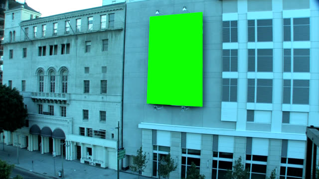 stockvideo's en b-roll-footage met downtown city street with green screen billboard - bord bericht