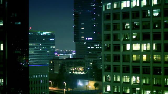 Innenstadt von Fahrt mit dem Aufzug in der Nacht – Video