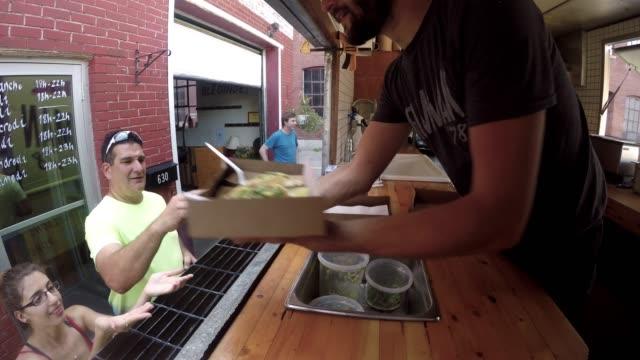 stockvideo's en b-roll-footage met downtown food truck serveren klant betalen contactloze street food - foodtruck