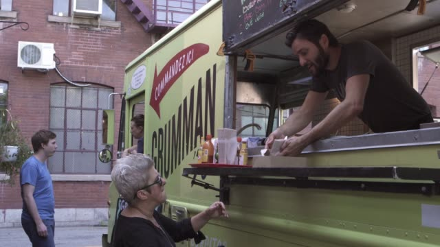 downtown food truck serving client paying contactless street food - attività del fine settimana video stock e b–roll