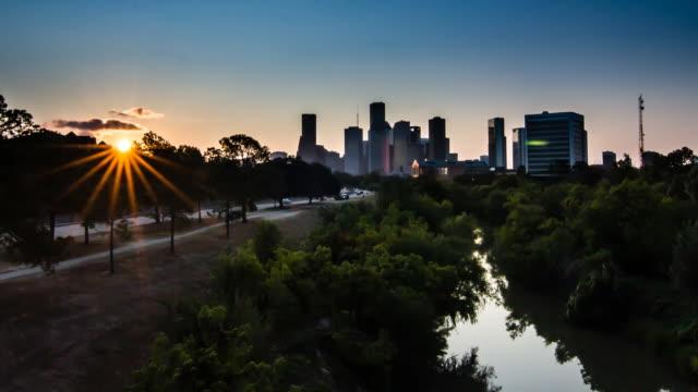 downtown houston восход солнца над bayou - болото стоковые видео и кадры b-roll