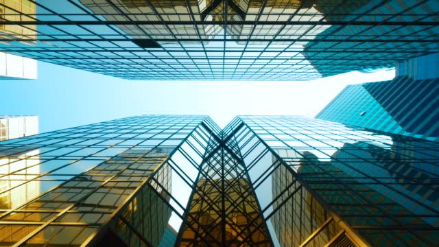 downtown blick auf office building architecture im finanzdistrikt von hongkong, china wolkenkratzer futuristische architektur - symmetrie stock-videos und b-roll-filmmaterial