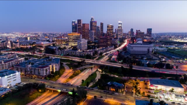 downtown los angeles aerial time lapse day to night - los angeles стоковые видео и кадры b-roll