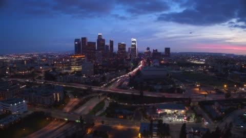 vidéos et rushes de laps de temps aériennes de downtown los angeles - autoroute