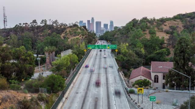 los angeles centrum och motorvägen dag till natt sunset timelapse - hollywood sign bildbanksvideor och videomaterial från bakom kulisserna