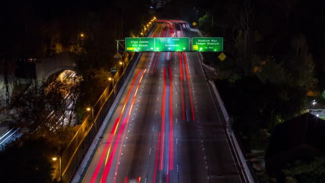los angeles centrum och motorvägen avslöja tilt upp natt timelapse - hollywood sign bildbanksvideor och videomaterial från bakom kulisserna