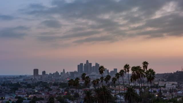 los angeles centrum och palm träd dag till natt sunset timelapse - hollywood sign bildbanksvideor och videomaterial från bakom kulisserna