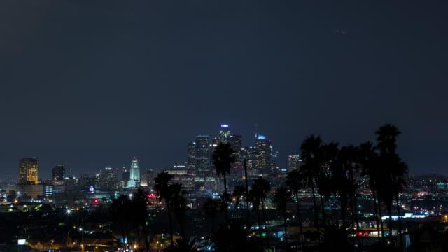 los angeles centrum och palm träd natt hyperlapse - hollywood sign bildbanksvideor och videomaterial från bakom kulisserna
