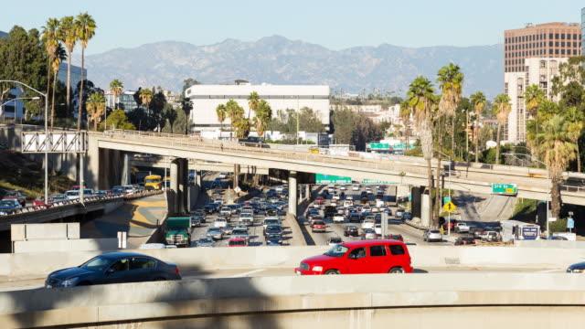 los angeles centrum freeway trafik dag timelapse - hollywood sign bildbanksvideor och videomaterial från bakom kulisserna