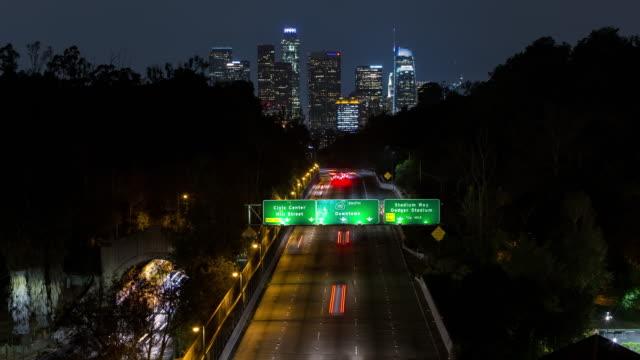downtown los angeles skyline på natt timelapse - hollywood sign bildbanksvideor och videomaterial från bakom kulisserna