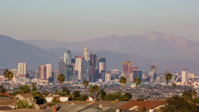 downtown los angeles skyline med bergen dag till natt sunset timelapse - hollywood sign bildbanksvideor och videomaterial från bakom kulisserna