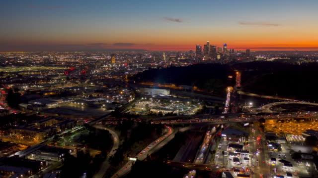 vídeos y material grabado en eventos de stock de lapso de tiempo aéreo en el centro de los angeles sunset - drone footage