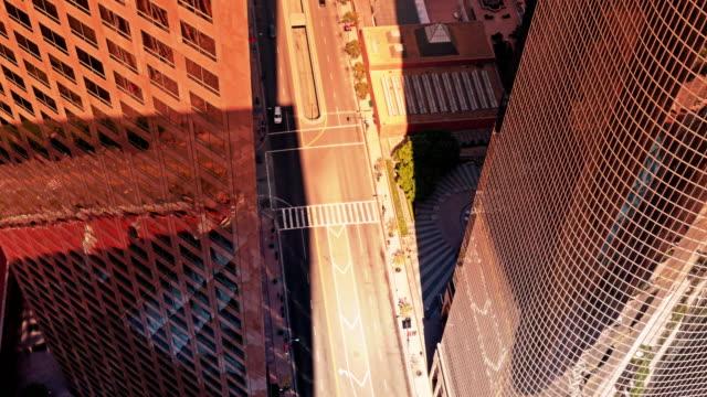 j0002 der innenstadt von los angeles zeitraffer high angle 4 k - schlagschatten stock-videos und b-roll-filmmaterial
