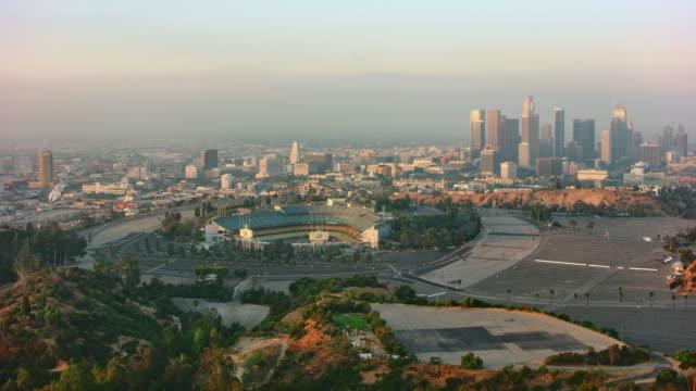 vídeos de stock, filmes e b-roll de aerial downtown los angeles com dodger stadium na frente - américa do norte