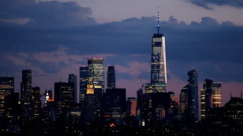 vidéos et rushes de downtown manhattan skyline dusk - horizon urbain
