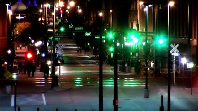 Das Nachtleben der Stadt-Verkehr der Metro-Station am Abend urbanen Lebensstil Personen Unterhaltung – Video