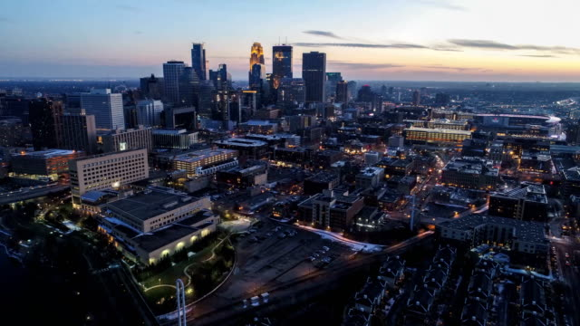 stadtzentrum von minneapolis antenne timelapse - 4k uhd - stadtansicht stock-videos und b-roll-filmmaterial