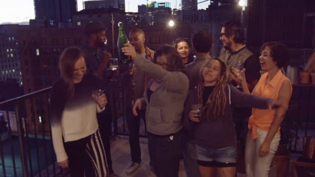 innenstadt von rooftop party - dachgarten videos stock-videos und b-roll-filmmaterial
