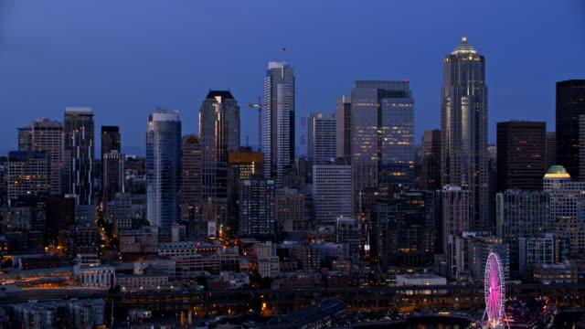 공중 다운 타운 시애틀 밤에 - seattle 스톡 비디오 및 b-롤 화면