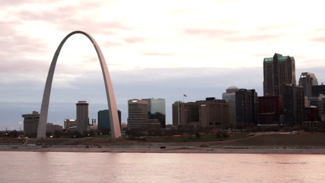 downtown st louis missouri view from across the mississippi river - st louis 個影片檔及 b 捲影像