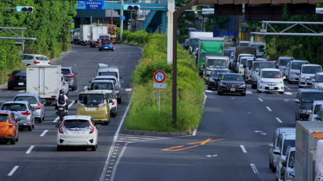 Eine Innenstadtstraße an der Kanpachi Avenue in Tokio tagsüber lang geschossen – Video