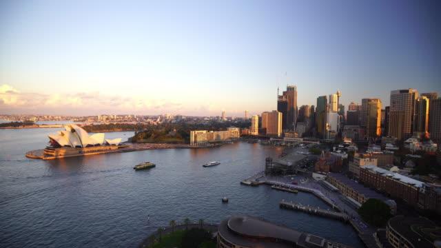 オーストラリアのダウンタウンシドニーのスカイラインから見る - オペラ点の映像素材/bロール