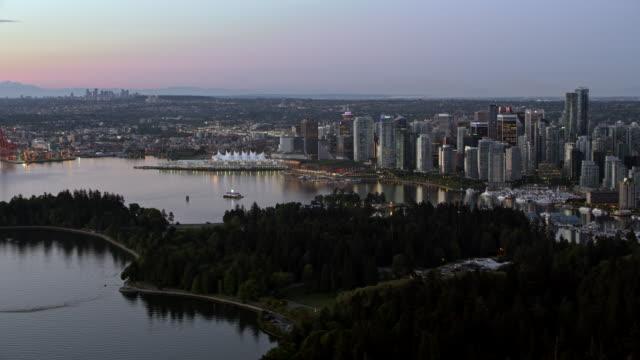 vídeos de stock e filmes b-roll de aerial downtown vancouver from stanley park at sundown - vancouver