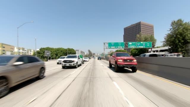 la downtown xxxiii synced series rear view driving process plate - droga wielopasmowa filmów i materiałów b-roll