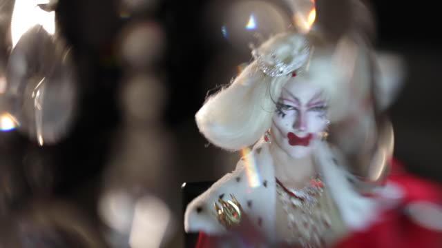 stockvideo's en b-roll-footage met drag queen en kristallen - drag queen