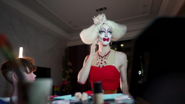stockvideo's en b-roll-footage met drag queen dressing up - drag queen