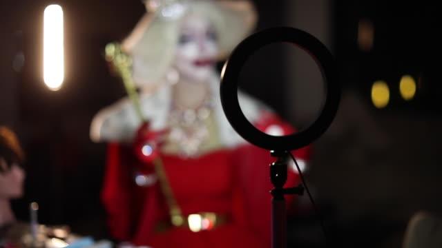 stockvideo's en b-roll-footage met drag queen uit de focus - drag queen