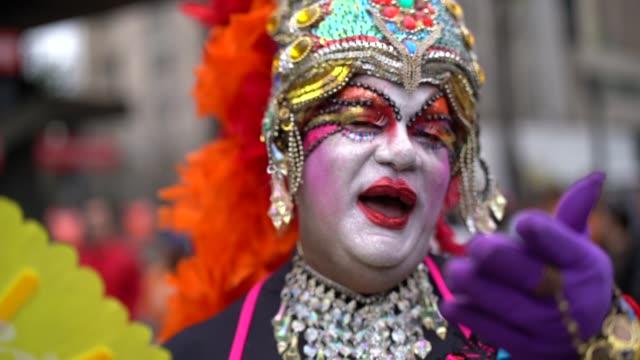 stockvideo's en b-roll-footage met sleep portret queen wenkende - het uitnodigen van mensen om te komen - drag queen