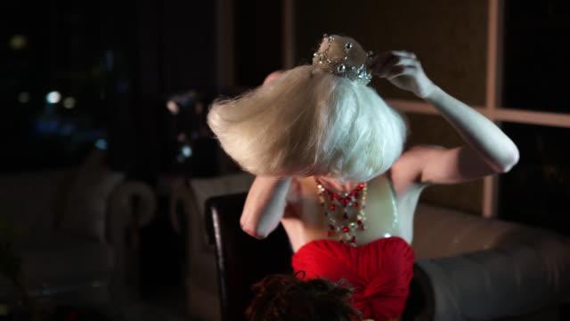 stockvideo's en b-roll-footage met drag queen zetten blond pruik - drag queen