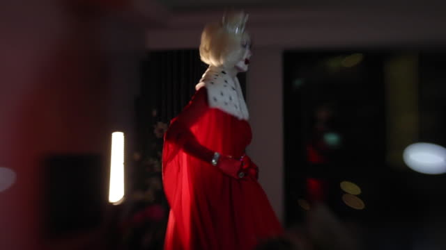 stockvideo's en b-roll-footage met drag queen klaar voor podium - drag queen