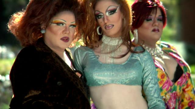 stockvideo's en b-roll-footage met hd drag queens blowing kisses - drag queen