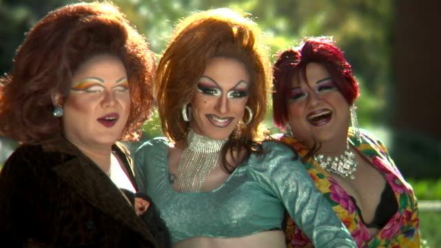 stockvideo's en b-roll-footage met drag queens laughing - drag queen