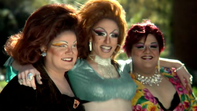 stockvideo's en b-roll-footage met drag queens sitting and singing - drag queen