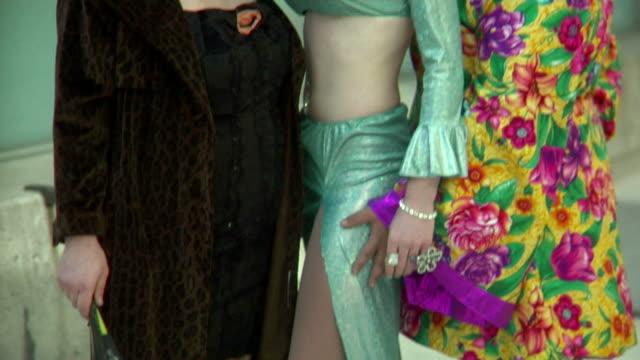 stockvideo's en b-roll-footage met drag queens smiling seductively - drag queen