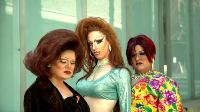 stockvideo's en b-roll-footage met hd drag queens walk to close up - drag queen