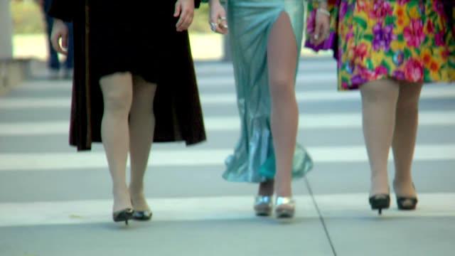 stockvideo's en b-roll-footage met hd drag queens walking towards camera - drag queen