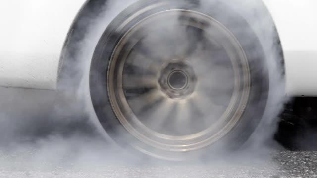 スタート ラインでドラッグ レース車やけどタイヤ - くるくる回る点の映像素材/bロール