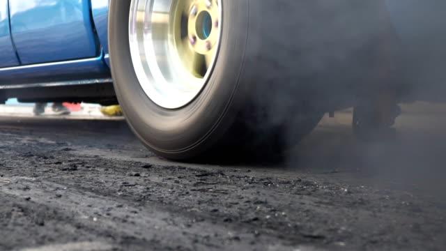 drag racing araba yanık lastik start çizgisinde - burnout stok videoları ve detay görüntü çekimi