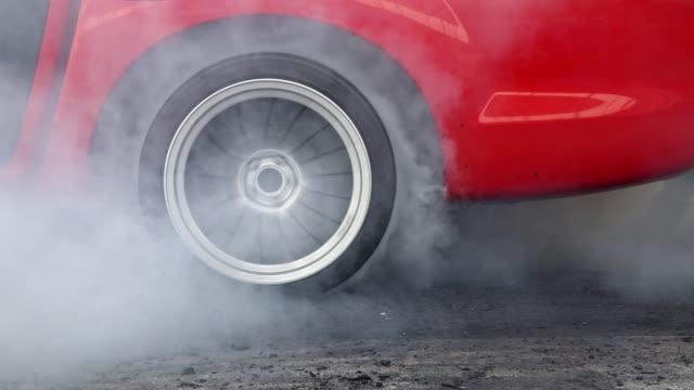 スタート ラインでドラッグ レース車やけどタイヤ - 戦い点の映像素材/bロール