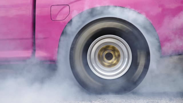 dragracing bil bränna däck på startlinjen - på gränsen bildbanksvideor och videomaterial från bakom kulisserna