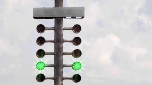 drag yarış sokak ağacı ışık. çeyrek mil devresinde sahne lambası sinyali. - başlama çizgisi stok videoları ve detay görüntü çekimi