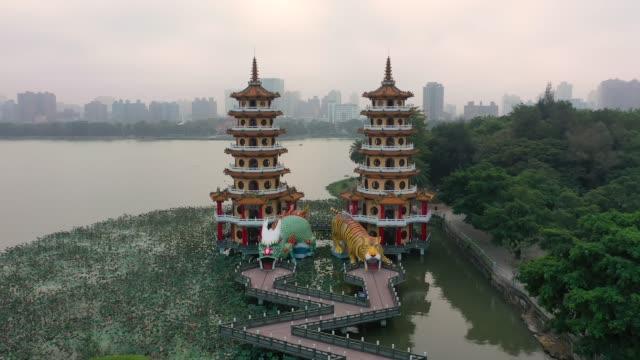 台湾の高雄南部にあるドラゴンとタイガーパゴダスの有名な建物。 - 仏塔点の映像素材/bロール