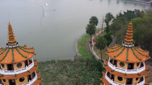 台湾南部の竜と虎の塔の有名な建物、空中ビュー竜と虎の塔、高雄、台湾。 - 仏塔点の映像素材/bロール