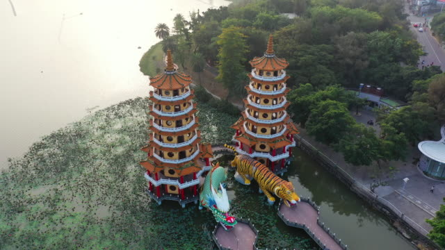 dragon and tiger pagodas in kaohsiung, taiwan. - bali filmów i materiałów b-roll